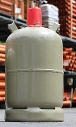 Graue Propangasflaschen im Gasflaschen Lager