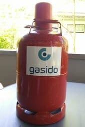 Rote Propangasflasche auf Tisch