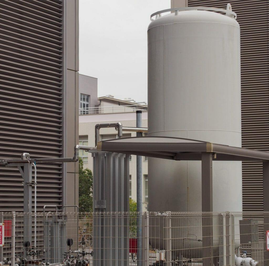 Sauerstoffgastank vor Industriegebäude