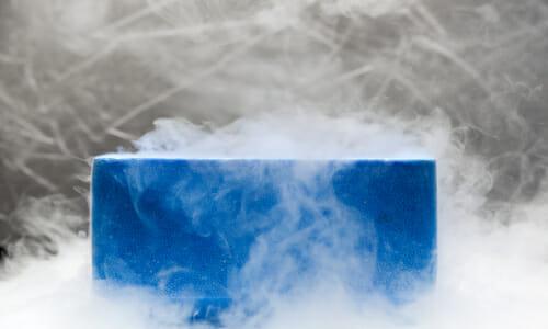 blaue transportkiste aus styropor in trockeneis nebel